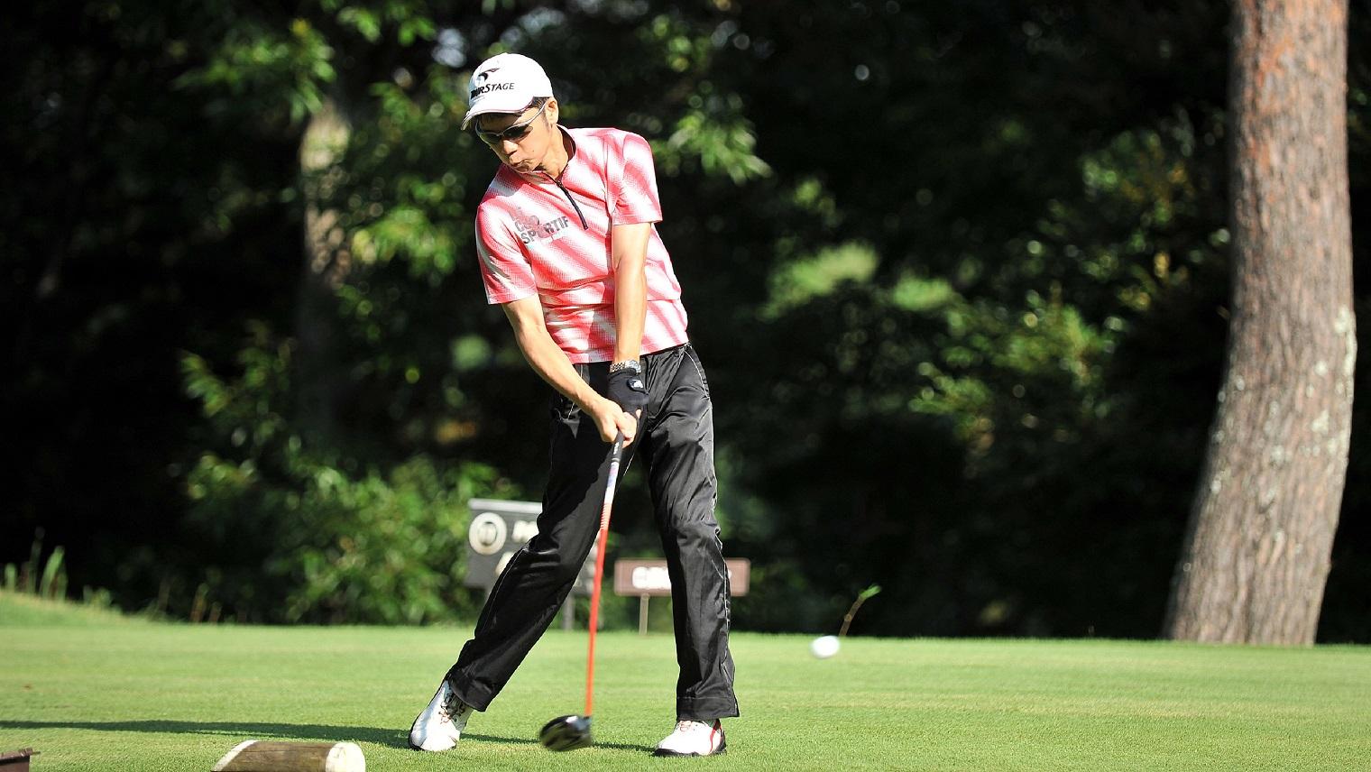 趣味のゴルフをする立花