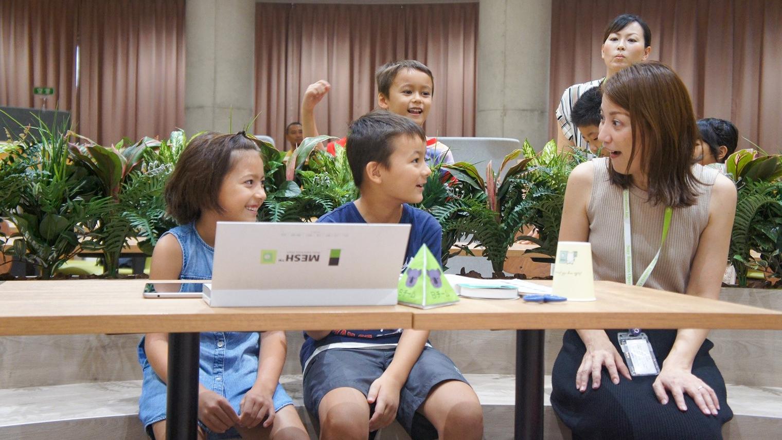 ワークショップに参加した子どもたちと、ワークショップのファシリテーター