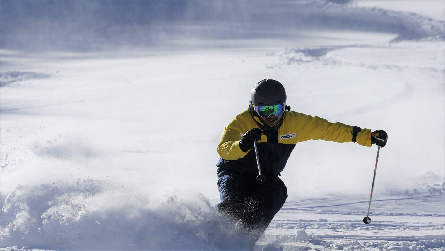 「NYSNO-100」プロジェクトリーダー尾原がスキーをしている様子