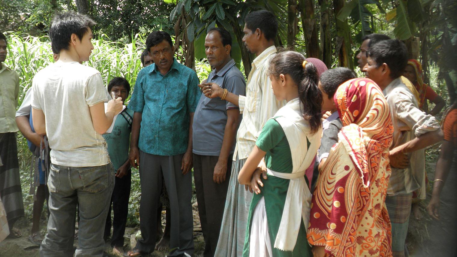 バングラデシュにてプロジェクトに携わっていた際の様子(写真左が村木さん)