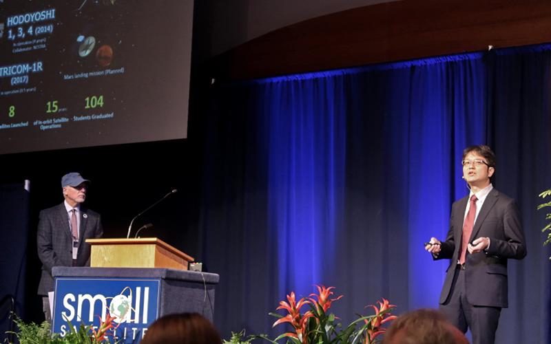 国際学会にて、研究室で開発している衛星を発表する船瀬さん(2018年撮影)