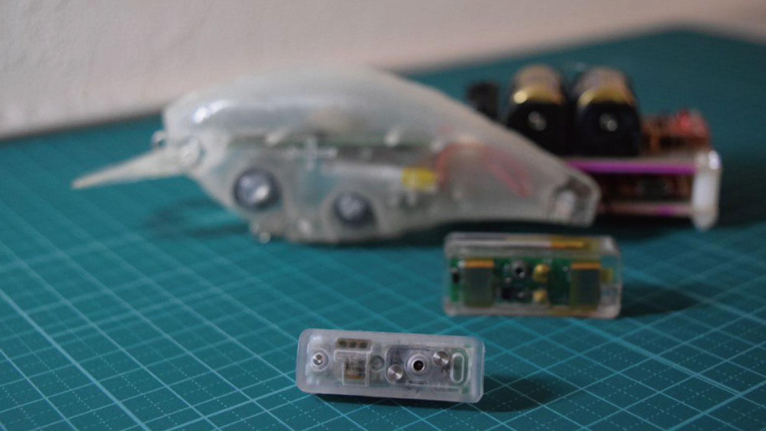 写真手前:SSAPで開発したセンサー、写真奥:当初チーム内で開発したプロトタイプ