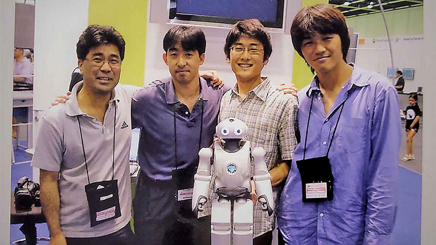 佐部さんとQRIO開発チームのメンバーの写真