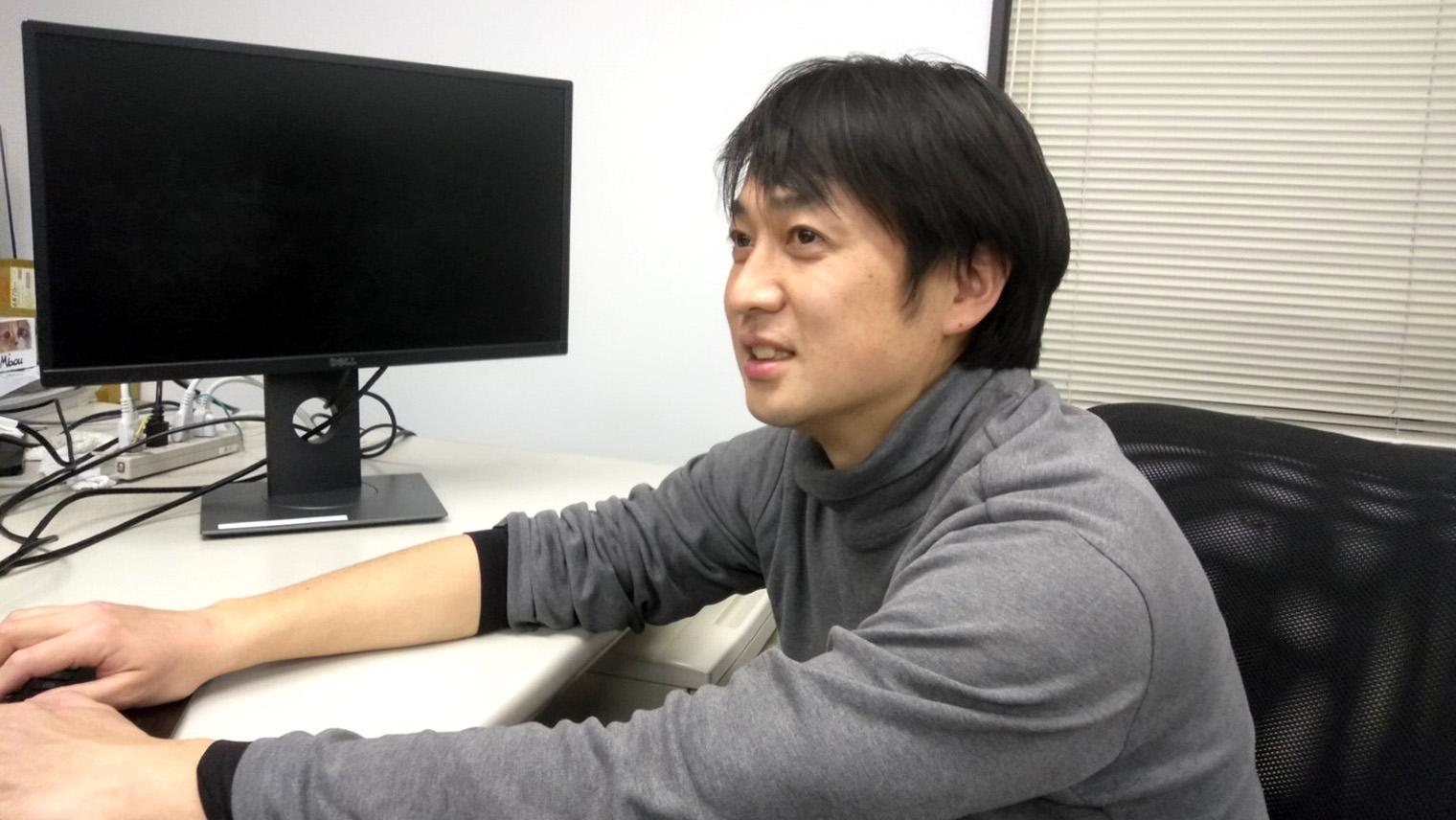 矢幡潤さんがオフィスで話をしている写真