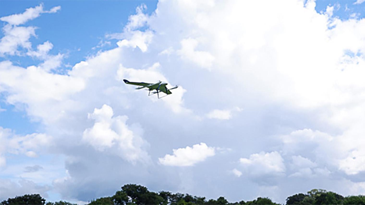 空を飛んでいるエアロボウィングの写真