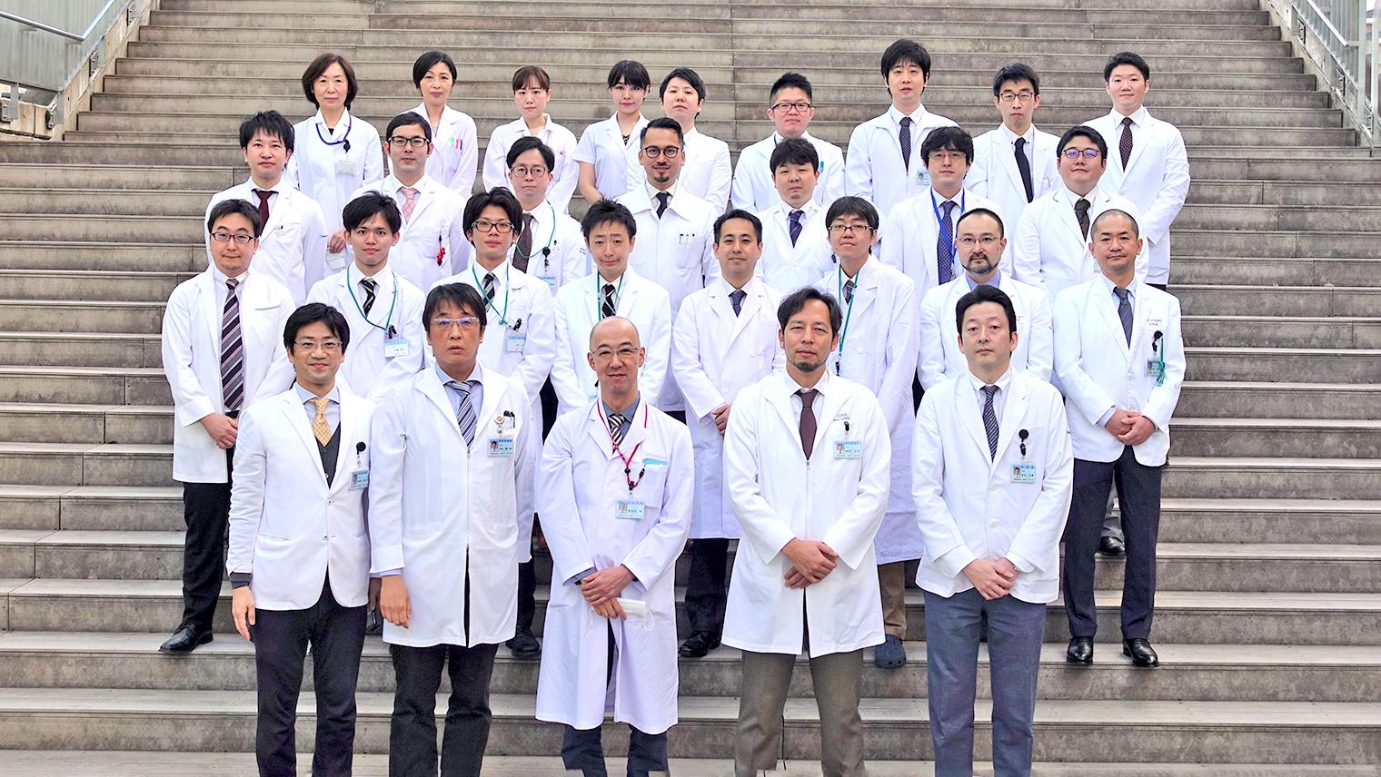 吉田先生と福岡大学病院消化器外科の医局員の人達が集合している写真